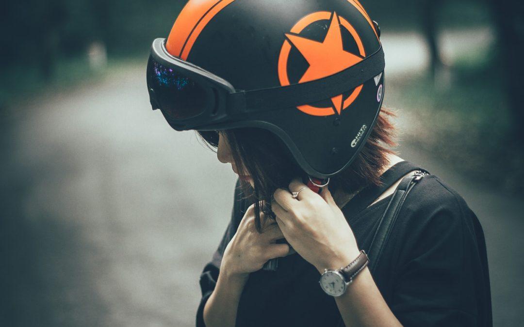Mujer casco negro